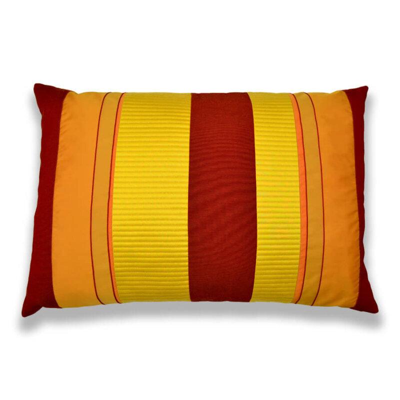 Hier sehen Sie ein farbenfrohes Kissen-Unikat in Rot, Orange und Gelb von AN-NA Design, einer kleinen Kissen-Manufaktur im Bergischen Land.