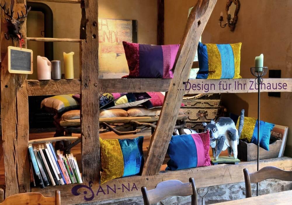 Hier sehen Sie farbenfrohe Kissen-Unikate von AN-NA Design, einer kleinen Kissen-Manufaktur im Bergischen Land