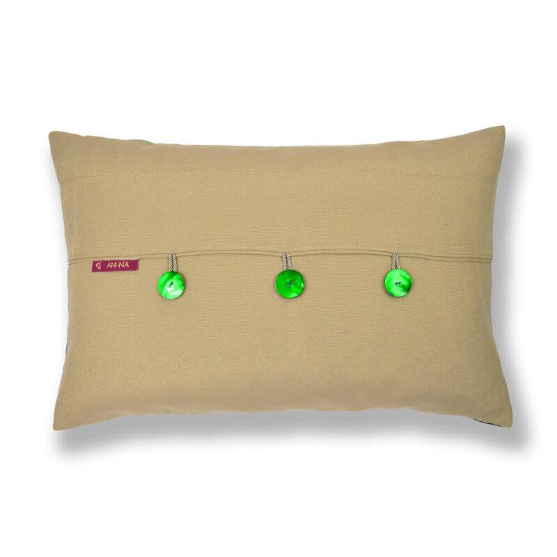Ein farbenfrohes Kissen-Unikat von AN-NA Design in den Farben Grün, Gelb, Orange, beige. Auf der Rückseite gibt es grüne Perlmutt-Knöpfe.