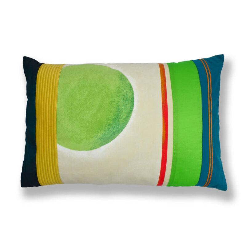 Ein farbenfrohes Kissen-Unikat von AN-NA Design in den Farben Grün, Gelb, Orange, beige