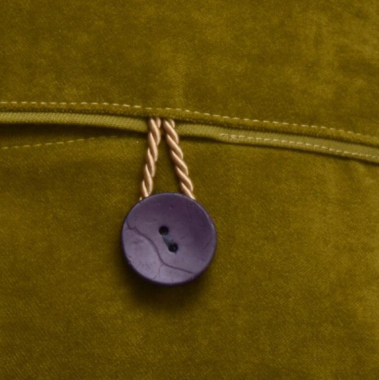 Ein Kissen als Kunst-Objekt von AN-NA Design, handbemalt und handbedruckt. Hier wird die Rückseite gezeigt.